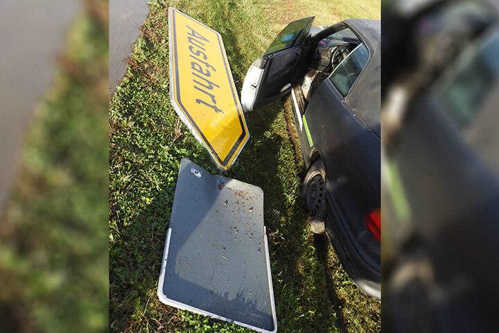 """Die Kurve nicht gekriegt: Der 21-Jährige rauschte direkt in das """"Ausfahrt""""-Schild und riss es um."""