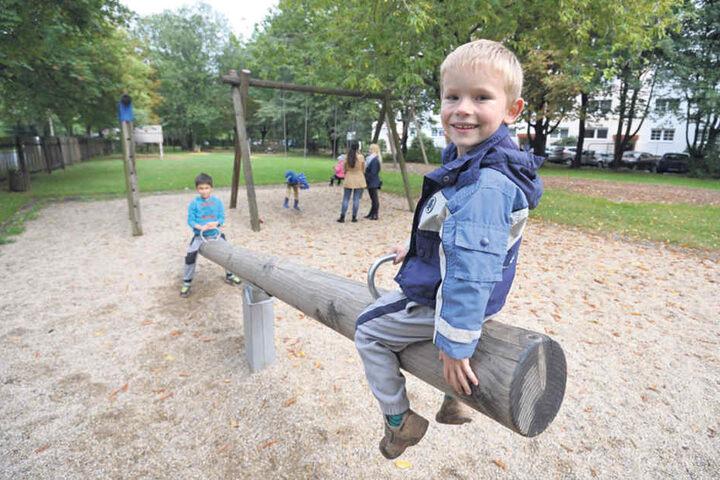 Kirill (7) und Arsenji (5) hatten gestern Spaß auf der Wippe. Sie spielen  regelmäßig hier.
