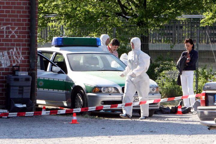 Heilbronn im April 2007: Beamte der Spurensicherung arbeiten am Tatort, an dem die Polizistin Michèle Kiesewetter getötet wurde.