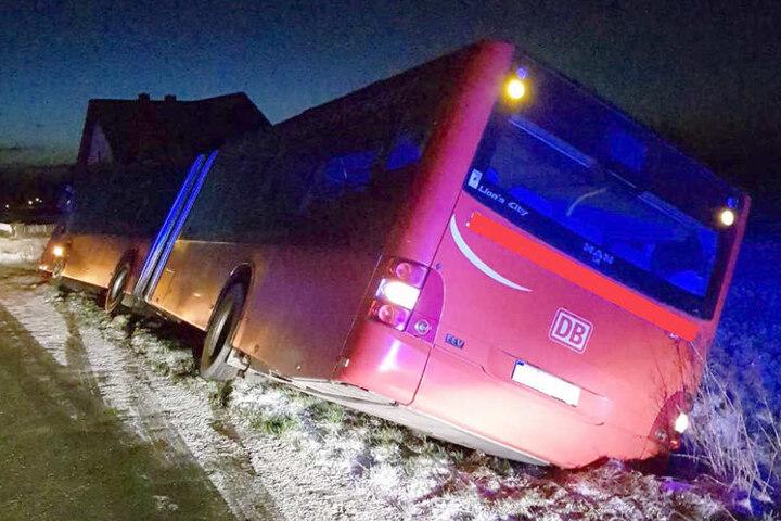 Der Fahrer musste eine Scheibe einschlagen, um aus dem Bus zu kommen.