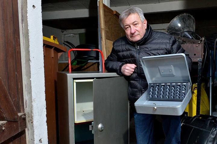 Dietmar Model (64), Geschäftsführer des Keglerheims, zeigt den geknackten Tresor.