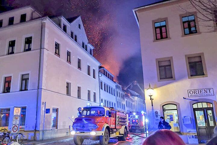 Die Flammen lodern meterhoch in den Freiberger Nachthimmel.