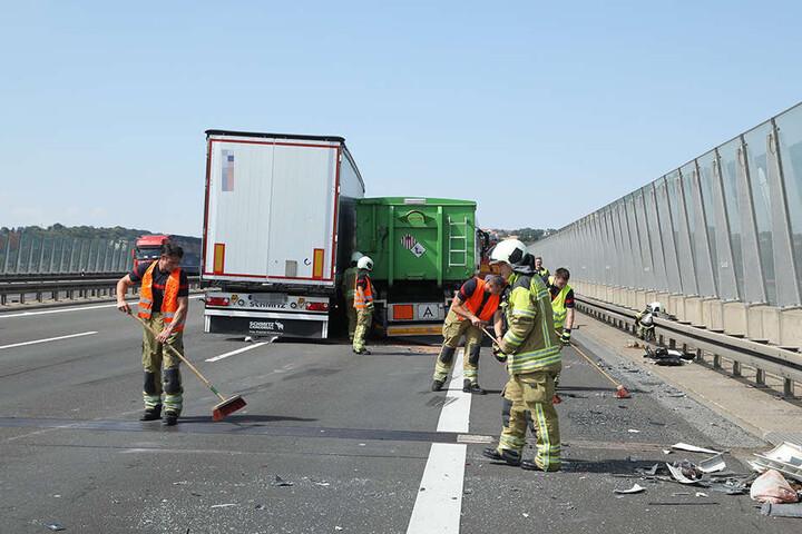 Während der Aufräumarbeiten war die Autobahn kurzzeitig voll gesperrt.