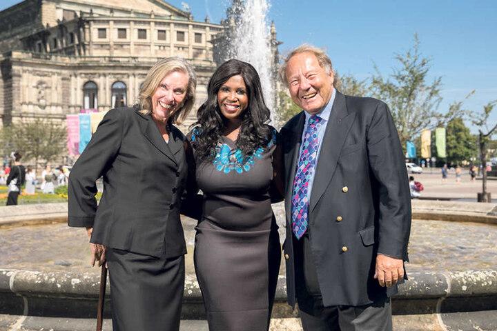 Sie haben das Kleid gemeinsam mit Tanzprofi Motsi Mabuse (Mitte) entworfen:  das Berliner Unternehmerpaar Britta und Detlef Mandel.