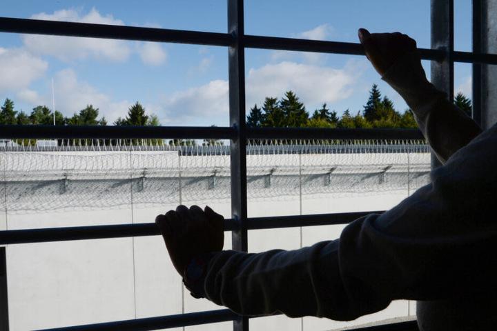 Viele Gefangene freuen sich im Gefängnis über eine Person, mit der sie reden können. (Symbolbild)