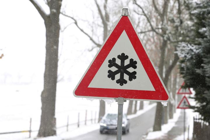 Auf den Straßen im Erzgebirge kann es auch am Montag noch gefährlich glatt werden.