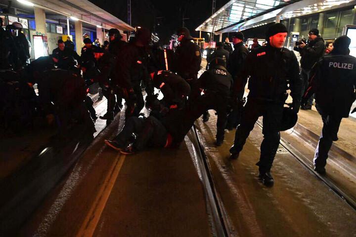 Polizisten unterbinden Blockadeversuche.