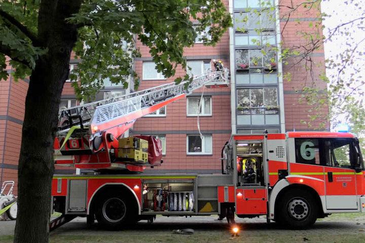 Die Feuerwehr setzte die Drehleiter ein, um zu der brennenden Wohnung vorzudringen.