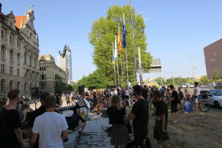 Etwa 600 Partygänger hatten sich am Dienstag vor dem Neuen Rathaus versammelt, um gegen die Sperrstunde zu demonstrieren und ihre Solidarität mit den Leipziger Clubs kundzutun.