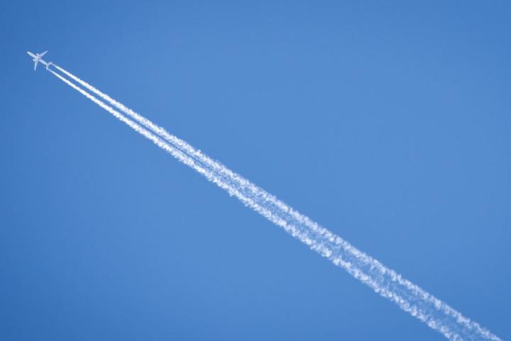 Beim Nikolausfliegen landet der Nikolaus mit dem Flugzeug auf dem Flugplatz in der Senne. (Symbolbild)