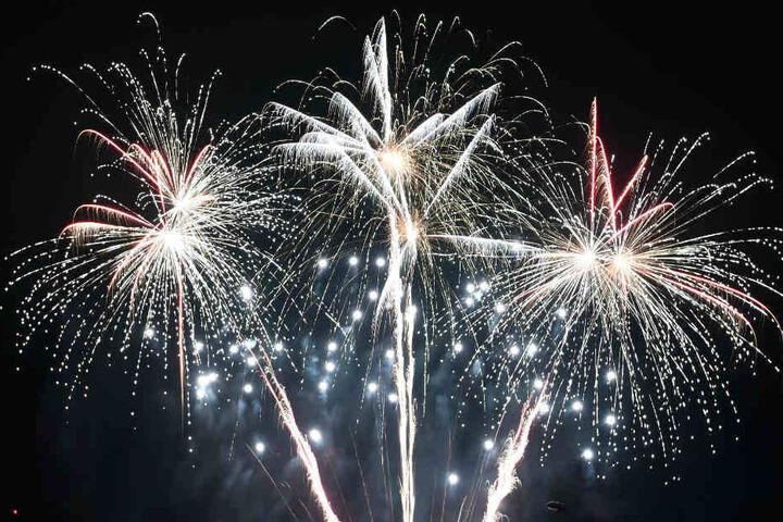 Feuerwerk an Silvester: Dichter Dunst könnte sich nach dem ersten Böllern bilden.