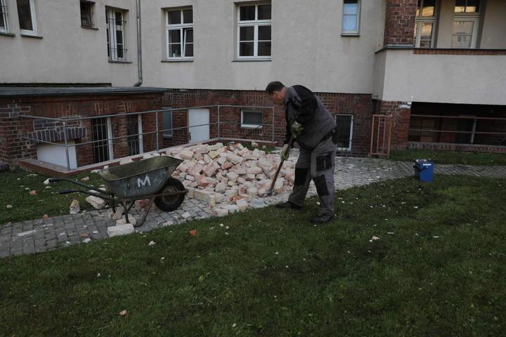 Am Tag danach wurde der Schutt entsorgt. Die Explosion hinterließ starke Schäden an den Wänden.