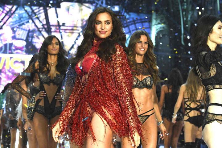 Auch in Outfit Nummer zwei wurde ihre Körpermitte verdächtig bedeckt.