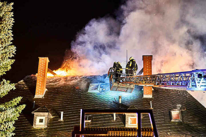 Das Feuer hatte sich unter das Schieferdach des Hauses gefressen.