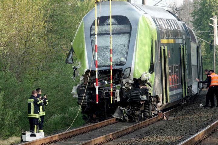 Durch die Wucht des Aufpralls entgleiste der Zug, die Front ist stark beschädigt.