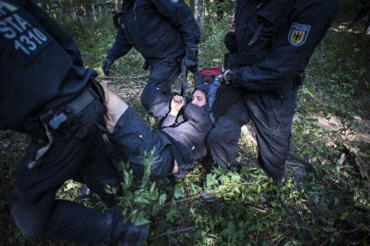 Bei der Räumung im Hambacher Forst mussten immer wieder Aktivisten weggetragen werden, die gegen die geplante Rodung des Waldes protestierten.
