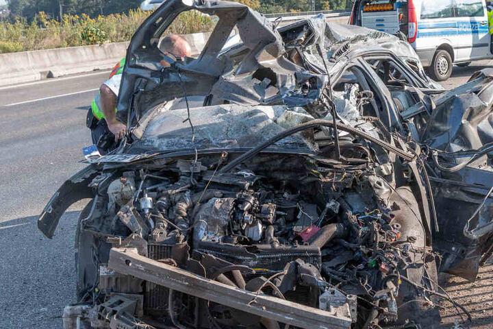 Der völlig demolierte Wagen.
