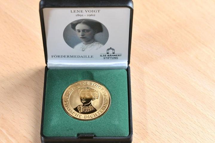 Mit dem Erwerb der Lene-Voigt-Medaille kann das Buch über die sächsische Dichterin unterstützt werden.
