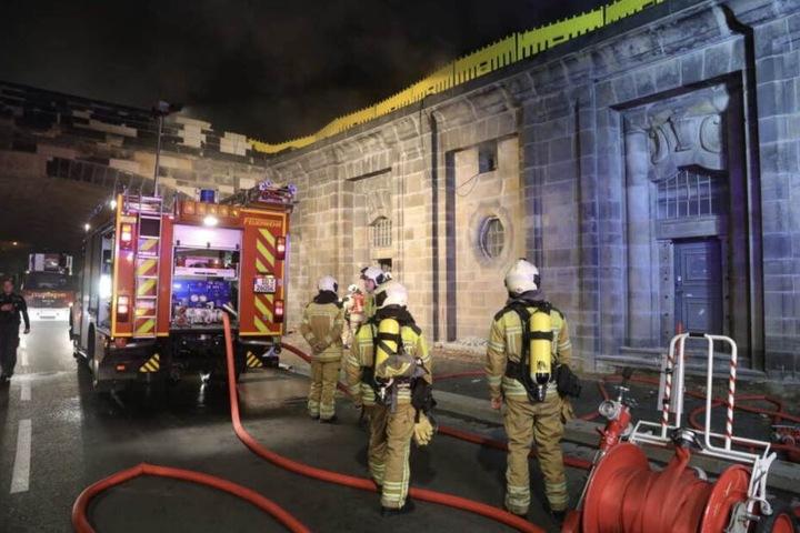 Hier brannte am Terrassenufer der Stromverteiler, der auch die Alarmanlagen des Grünen Gewölbes mit Energie versorgt. Er musste zum Löschen abgeschaltet werden.