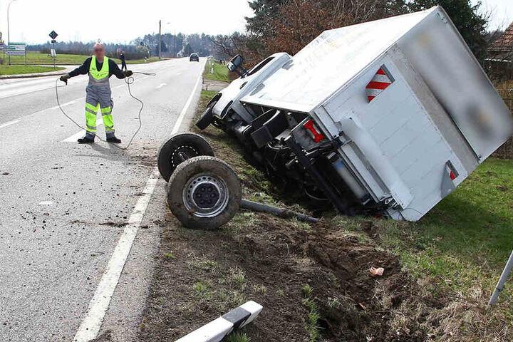 Der Transporter blieb nach dem Unfall im Graben liegen.