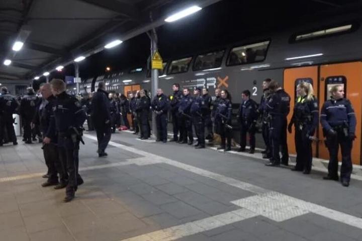 Während des Einsatzes war der Bahnhof komplett gesperrt.