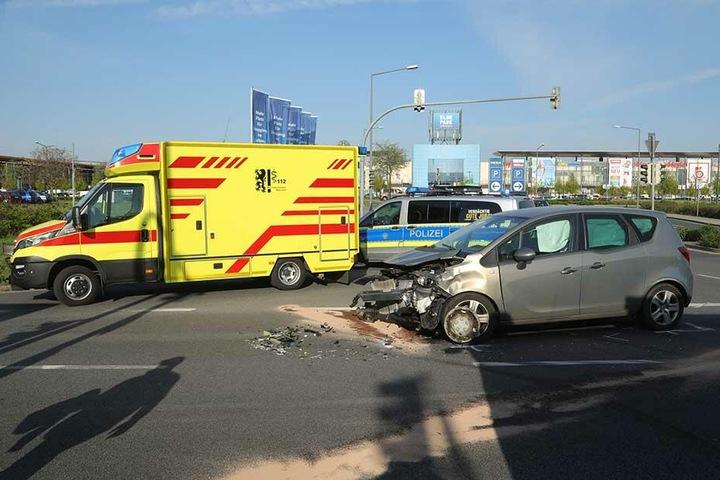 Die Front des Opels wurde bei dem Aufprall völlig demoliert.