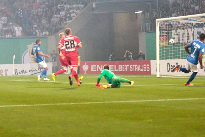 Cebio Soukou (r.) erzielt das 1:0 für den FC Hansa Rostock.