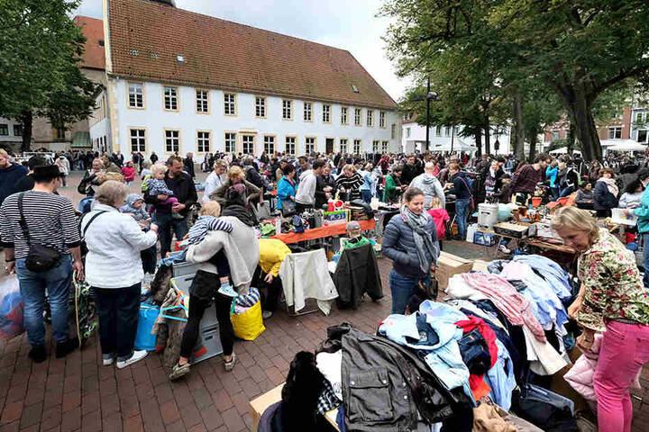 Der Flohmarkt auf dem Klosterplatz zieht immer wieder viele Secondhand-Freunde an.