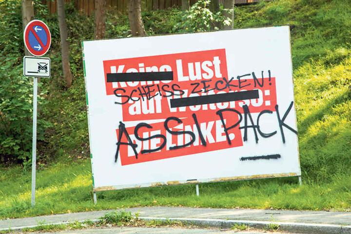 Ein beschmiertes Plakat der Linkspartei im Erzgebirge.