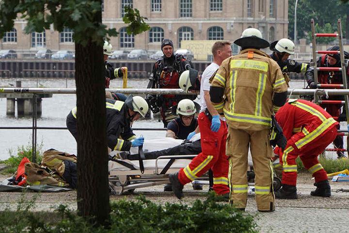 Rettungskräfte verladen die Leiche des Mannes auf einer Trage. Eine Obduktion soll in den laufenden Ermittlungen Klarheit zu den Umständen der Tragödie schaffen.