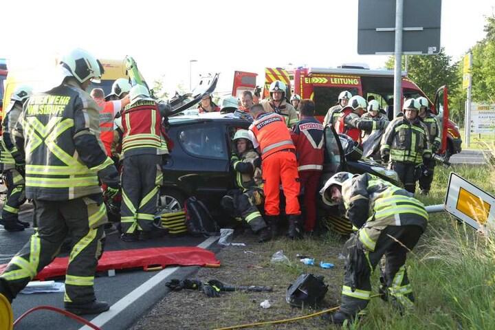 Die drei Peugeot-Insassen waren eingeklemmt. Sie kamen schwer verletzt ins Krankenhaus.