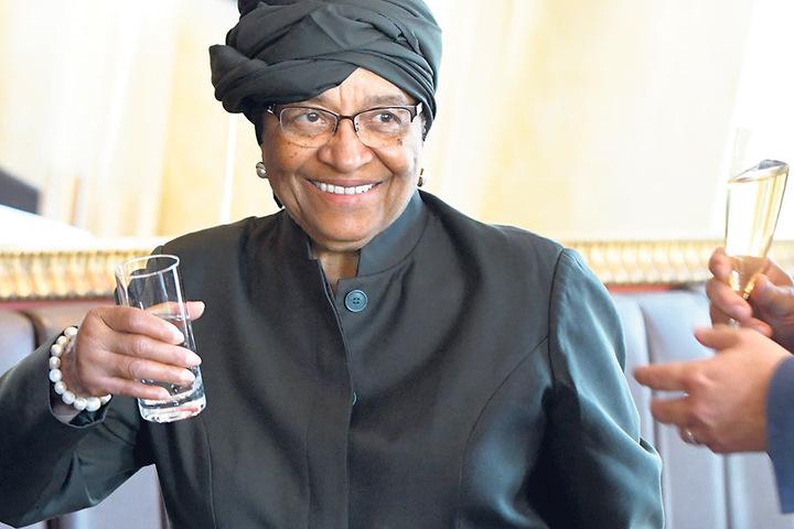"""Die Ex-Präsidentin Liberias bedankte sich für die Gastfreundschaft der Dresdner. Als kleines Präsent überreichte ihr der OB eine Grafik der """"Zitronenpresse"""", angefertigt von Künstlerin Michele Cyranka."""