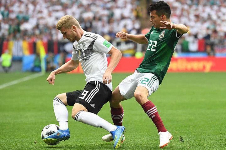 Deutschlands Timo Werner (l.) im Duell mit Mexikos Hirving Lozano.