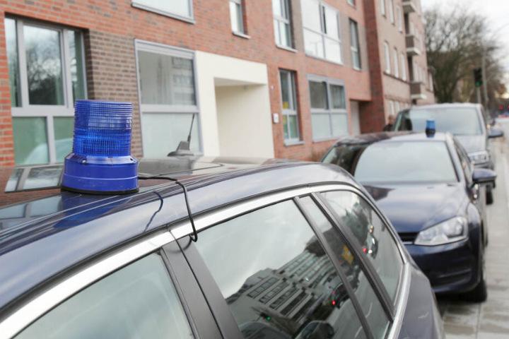 Im Zuge der Festnahme durchsuchten Polizisten ein Mehrfamilienhaus in Hamburg. (Archivbild)