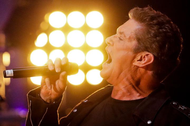 David Hasselhoff, US-Sänger und Schauspieler, singt beim Auftakt seiner Deutschlandtournee auf der Bühne im Friedrichstadt-Palast.