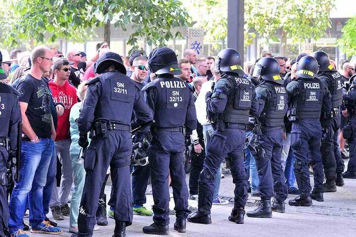 Aus Angst vor Randalen von Hooligans und Neonazis wurden eilig Polizisten von den Fußballspielen in Dresden und Leipzig nach Chemnitz geschickt.