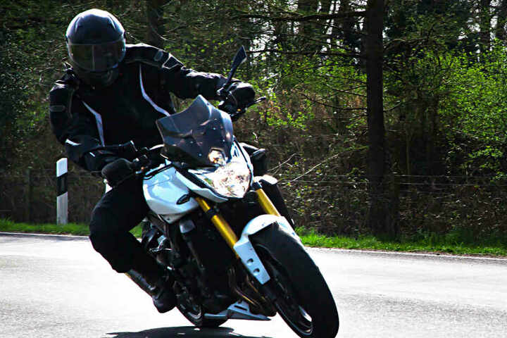 Der junge Biker verlor bei hoher Geschwindigkeit die Kontrolle über seine Maschine. (Symbolbild)
