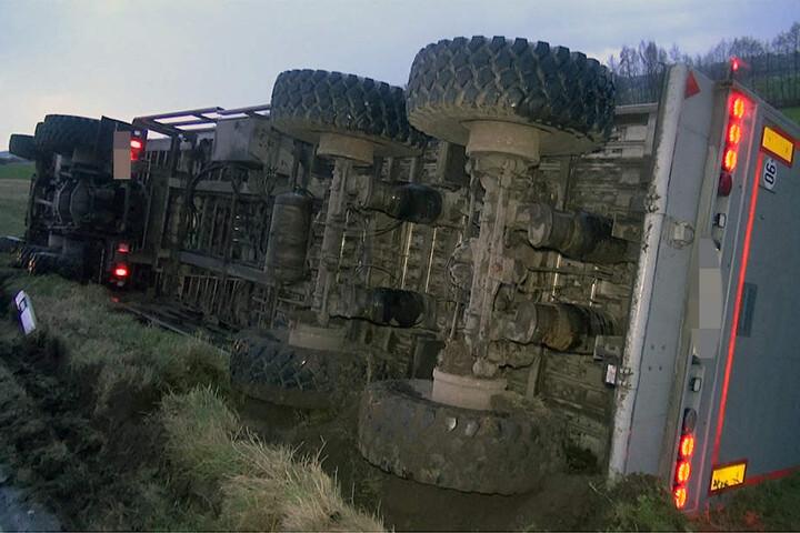 Der leicht verletzte Fahrer konnte sich selbst aus seinem Führerhaus befreien.