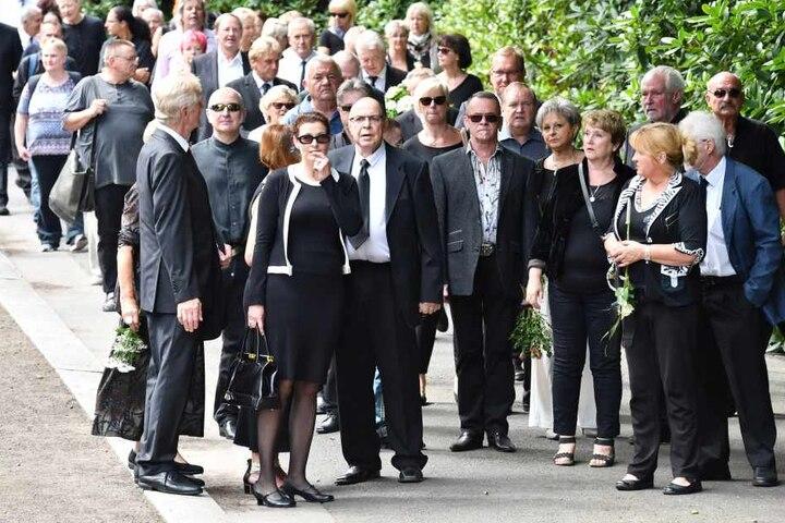 Maria Federowski vorn Tochter Susanne mit Papa Roderich Schmidt. 6.v.re: Dagmar Frederic.
