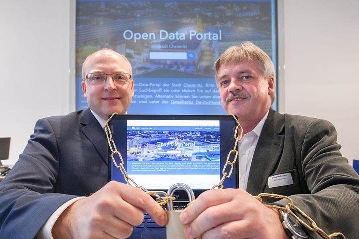 Kämmerer Sven Schulze (44, SPD) und Informationsamts-Leiter Bernd Hoffmann (59, v.l.) geben den städtischen Datenschatz frei.
