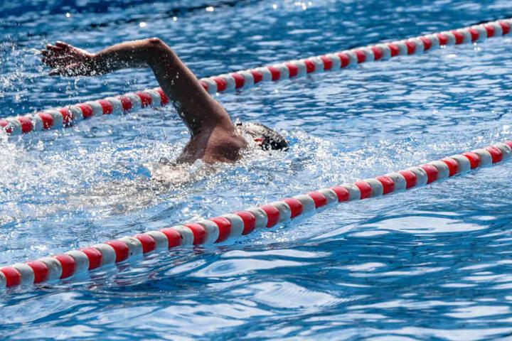 Ein Schwimmer zieht einsam seine Bahnen.