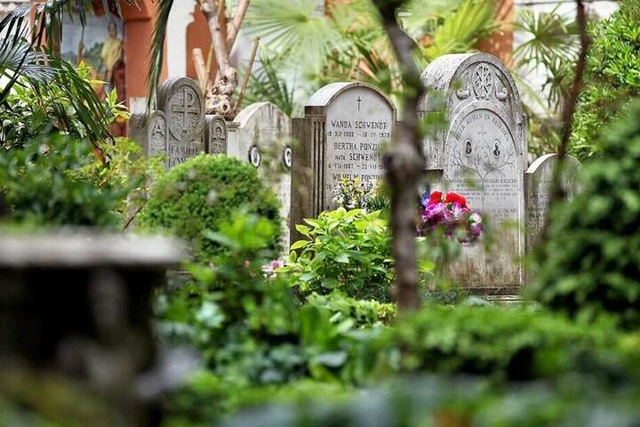 Symbolbild Grabsteine auf einem Friedhof.