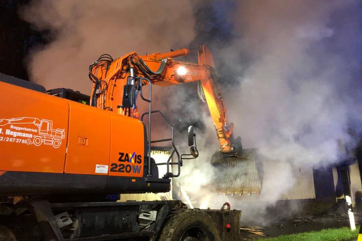 An Bagger musste angefordert werden, um den brennenden Anbau teilweise einzureisen.