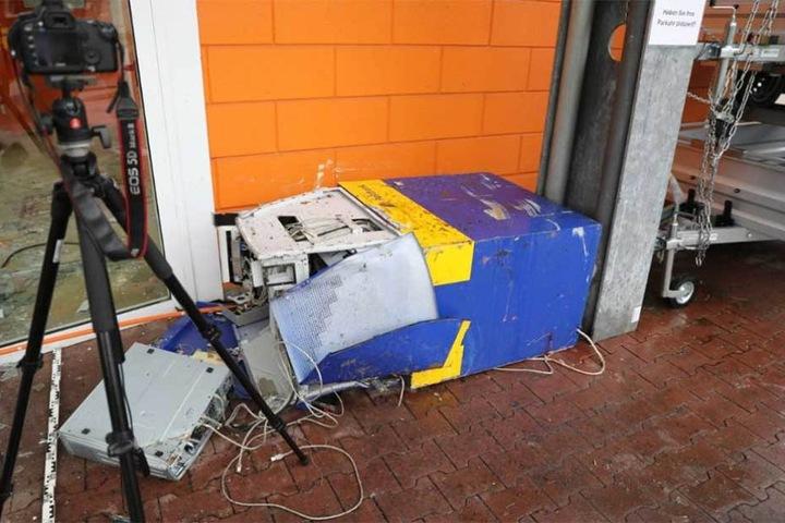 Das wäre die Beute gewesen. Die Diebe mussten den Geldautomat zurück lassen.