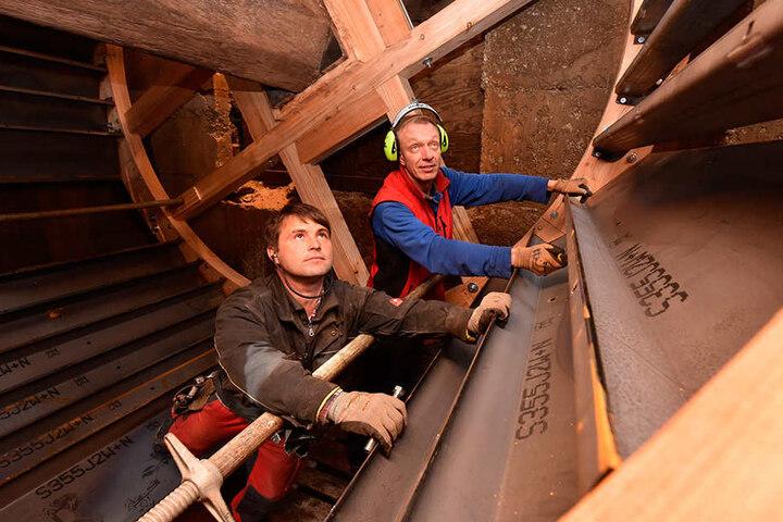 Die Handwerker Dirk Wanke (l.) und Falk Jäpel haben am Donnerstag das neue  Wasserrad der Herklotzmühle eingebaut.