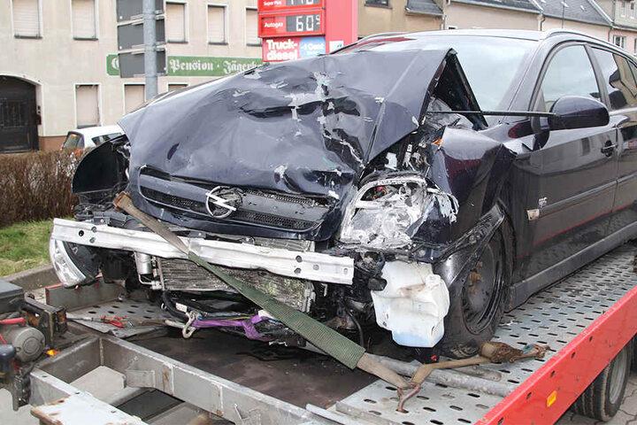 Der Fahrer des Opels wurde bei dem Unfall schwer verletzt.