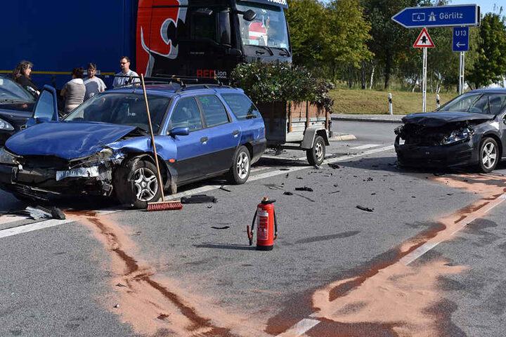 Die Polizei nahm den Unfall auf. Es entstand Sachschaden. Drei Personen wurden verletzt.