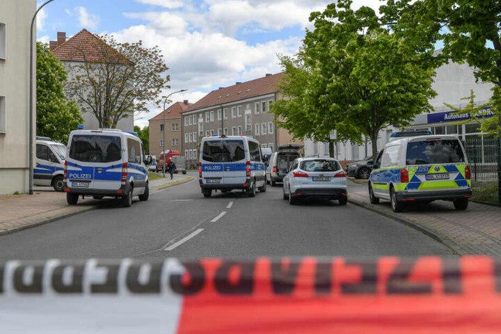 Die Polizei hat die Amtstraße weiträumig abgesperrt. Zwei Männerleichen sind in einer Wohnung in der südbrandenburgischen Kleinstadt Forst (Spree-Neiße) entdeckt worden.