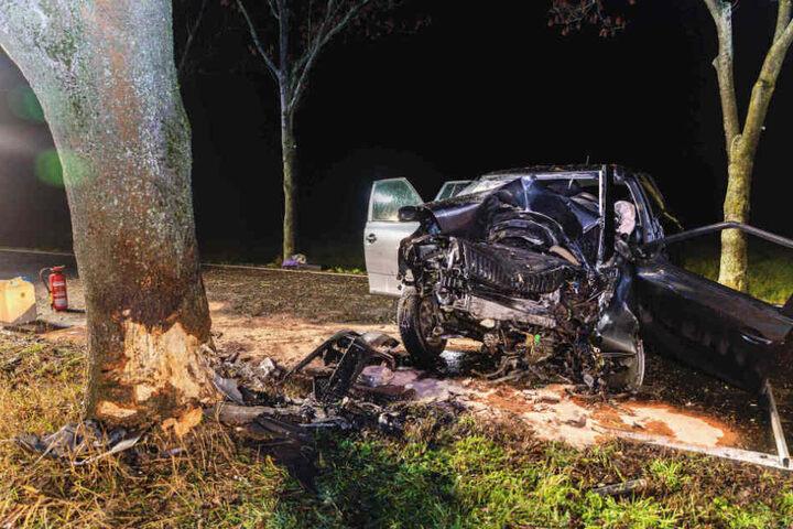 Das Fahrzeug erlitt einen Totalschaden, die Kreisstraße musste für mehrere Stunden gesperrt werden.