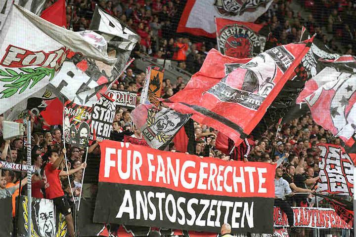 Bayer-Anhänger im Fanblock bei einem Heimspiel.